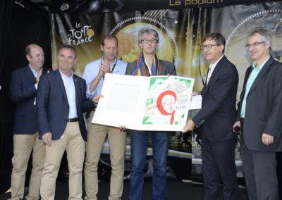 Finalement, c'est peut-être Bernard Hinault le plus fier! Le formidable champion breton présente au public le beau travail de l'artiste Jacques Villeglé.