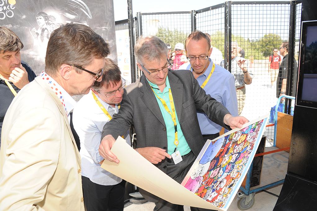 Les trois derniers lauréats, Jean-François Quénet, Jean-Luc Gatellier et  Gilles Comte, commentent l estampe d Erró en compagnie de l organisateur et  éditeur ... fb3d56317981