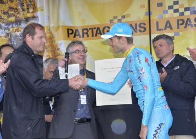Sous le regard de Christophe Penot et de Bernard Thévenet, Christian Prudhomme salue le champion ukrainien. Il saluera ensuite avec la même chaleur Philippe Le Gars, auteur de l'interview.