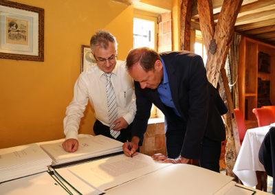 Sous le regard de Christophe Penot, l'organisateur, Christian Prudhomme, le directeur du Tour de France, signe un à un les portfolios d'art édités à l'intention des jurés. Une tradition renouvelée depuis la onzième édition, au nom de la qualité de l'accueil.