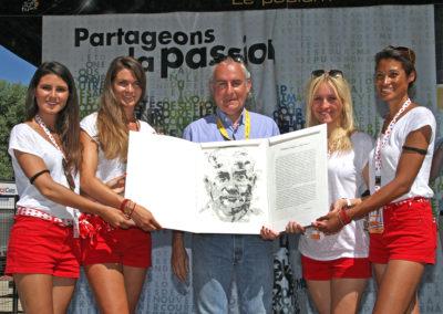 Impayable François Thomazeau, lauréat qui goûte là ce qu'il appelle «l'honnête fantasme de toute une vie»: poser comme un champion, au milieu des hôtesses du Tour de France! Un nec plus ultra pour conclure en beauté le 12<sup>e</sup> Prix Jacques-Goddet.