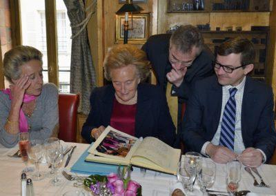 Une curiosité de bon aloi. Avant d'y apposer sa propre signature, Bernadette Chirac tourne le pages du Livre d'or qui conserve la mémoire du Prix Jacques-Goddet.