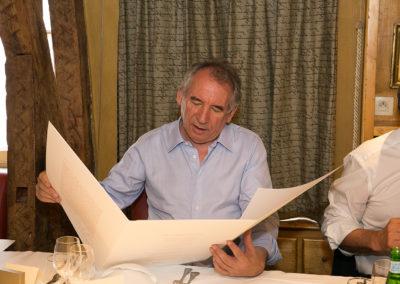 Prestige et qualité pour recevoir nos hôtes dans la belle tradition d'accueil du Tour de France et du groupe Edeis. François Bayrou découvre la lithographie n° 1 traditionnellement réservée à l'invité d'honneur.
