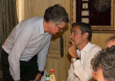 Laurent Lachaux et Olivier Galzi en plein conciliabule. Une incontournable tradition de la longue histoire du Prix Jacques-Goddet.