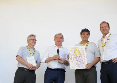 Ce sera la photographie officielle de la remise du 15<sup>e</sup> Prix Jacques-Goddet. Jean-Luc Gatellier, grand reporter à <em>L'Équipe</em>, pose en compagnie de François Bayrou et Christian Prudhomme, ainsi que de l'organisateur Christophe Penot venu représenter les amis d'Edeis.