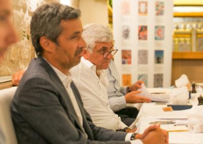 Fabrice Tiano, Olivier Galzi, Hervé Morin. Une vue sur la très large table, côté invité d'honneur.