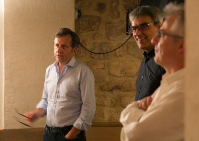 Christophe Penot, l'organisateur, a accueilli François-Xavier Lefranc, rédacteur en chef de <em>Ouest-France</em> et président du jury de cette seizième édition. Il est accompagné de Jérôme Morinière, éditeur de la presse hebdomadaire en Normandie, reçu comme invité ès qualités.