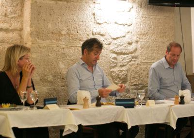 François-Xavier Lefranc dans son rôle de président du Jury. Entre Isabelle Roche et Christian Prudhomme, il annonce, bulletin après bulletin, les différentes voix obtenues.