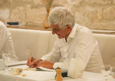 Hervé Morin s'est emparé du Livre d'or. L'aimable et traditionnel devoir d'un invité d'honneur.