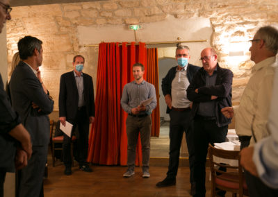 Un rideau rouge pour l'entrée des artistes. De gauche à droite, on peut reconnaître Jérôme Morinière, Olivier Galzi, Christian Prudhomme, le directeur du Tour de France, Fabrice Tiano, Laurent Lachaux, Philippe Sudres et Christophe Penot.