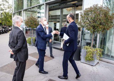Il est là ! Sous le regard de Christophe Penot et d'Oliver Galzi, Jean-Étienne Amaury accueille Édouard Philippe, ancien Premier ministre et maire du Havre, invité d'honneur du 17e Prix Jacques-Goddet.