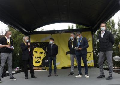 Marc Chavet, le speaker-départ du Tour de France, a passé le micro à Christophe Penot. Pour l'organisateur, c'est le moment de remercier à la fois Amaury Sport Organisation et le groupe Edeis l'Allié des territoires pour leur dévouement attentif à la cause du Prix Jacques-Goddet.