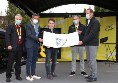 Christophe Penot, Olivier Galzi, Laurent Lachaux et Christian Prudhomme entourent Gilles Comte pour ce qui restera comme la photographie officielle de la 17e remise du Prix Jacques-Goddet. Quatre jurés, un lauréat.